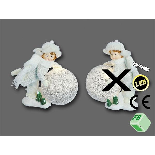 Winterkind mit LED Leuchtball laufend