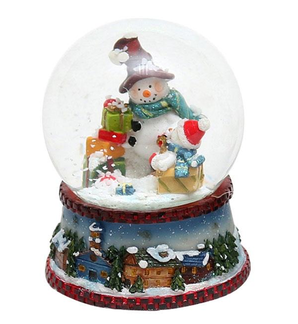 Schneekugel Schneemann mit Geschenken 8,5 cm